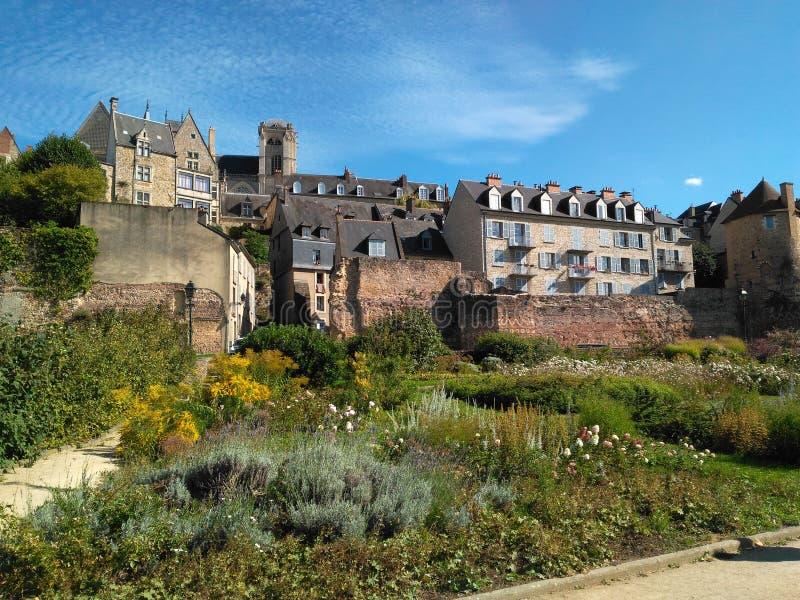 在蓝色太阳下的废墟 免版税库存照片