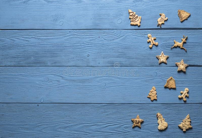 在蓝色委员会的圣诞节曲奇饼 免版税库存图片