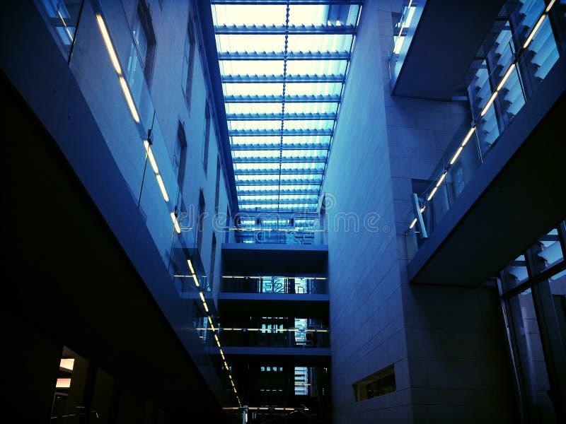 在蓝色定调子的办公楼内部 免版税库存图片