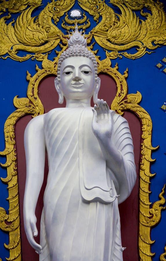 在蓝色寺庙的白色菩萨雕象在泰国 免版税库存图片