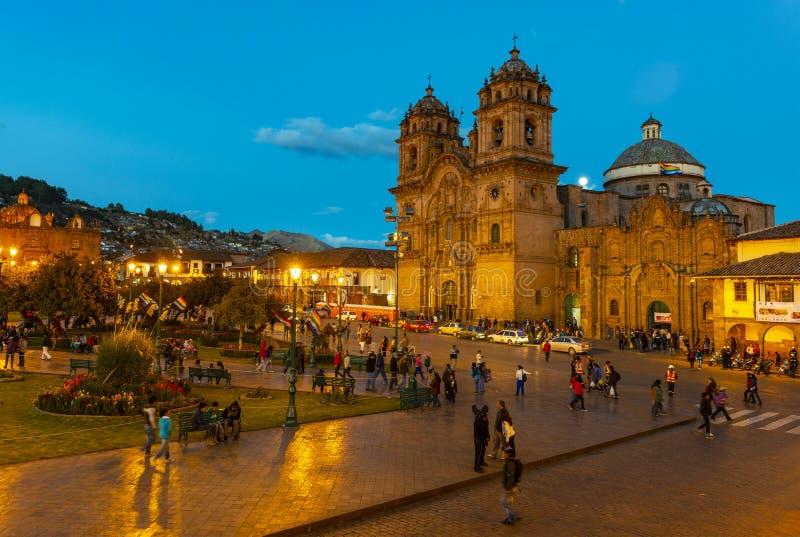 在蓝色小时,库斯科,秘鲁阿马斯广场  免版税库存图片