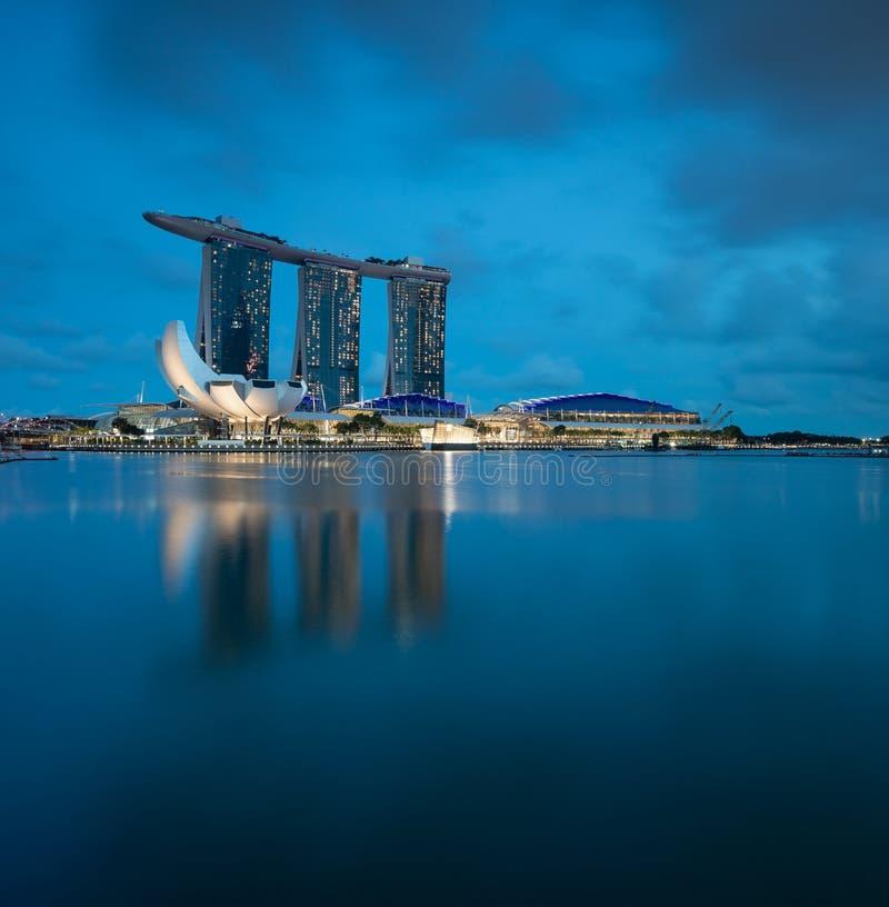 在蓝色小时,新加坡小游艇船坞海湾地平线 图库摄影