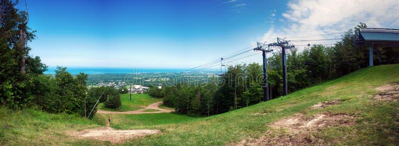 在蓝色山滑雪胜地上的Paroramic视图与驾空滑车我 图库摄影