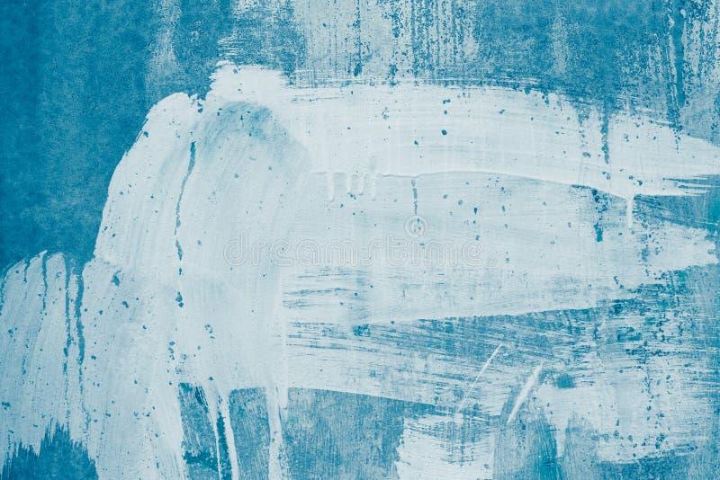 在蓝色帆布的白色油漆污点 白色油漆滴水在蓝色墙壁上的 被绘的肮脏的混凝土墙 在白涂料的被抹上的墙壁, 库存图片