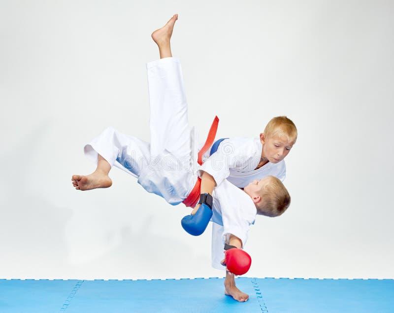 在蓝色席子上运动员训练柔道摔 库存照片
