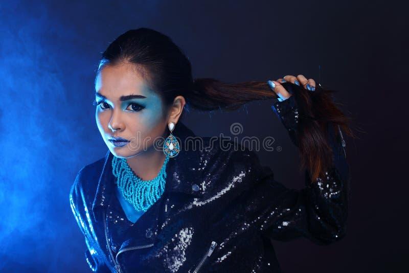 在蓝色时尚的黑衣服饰物之小金属片夹克组成亚洲美好的方式 免版税库存图片