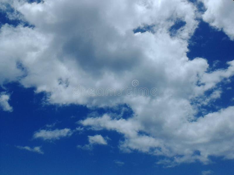 在蓝色明亮的天空的美妙的云彩 库存照片