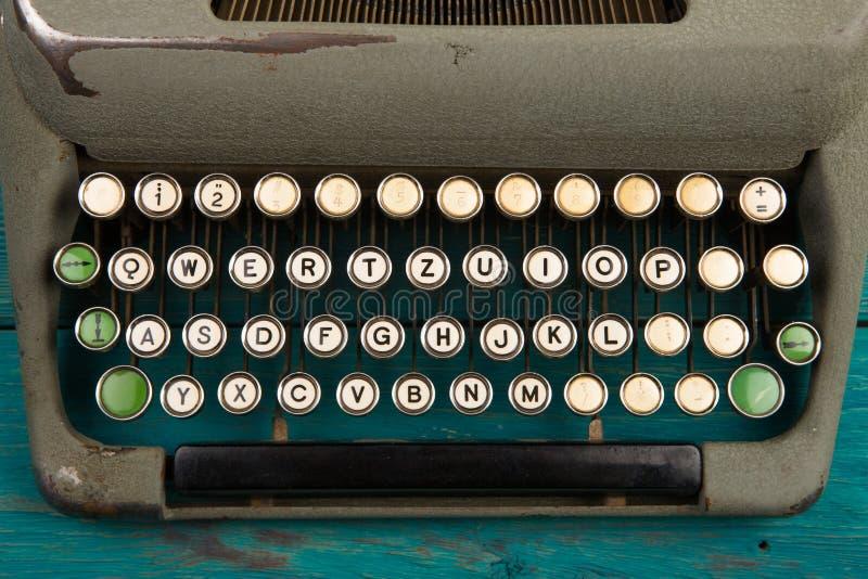 在蓝色木书桌上的打字机 库存照片
