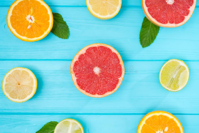 在蓝色木头的新被分类的柑橘背景 免版税图库摄影