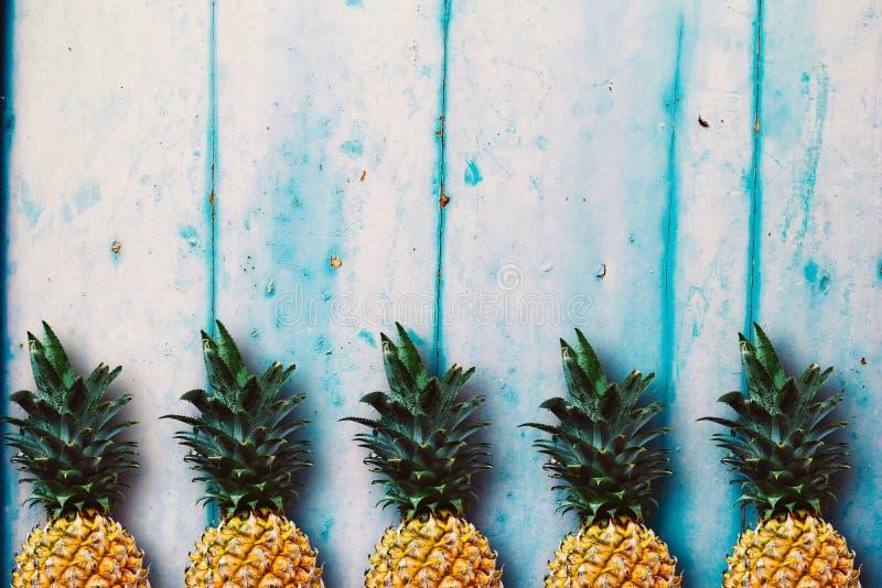 在蓝色木桌的成熟菠萝 库存照片