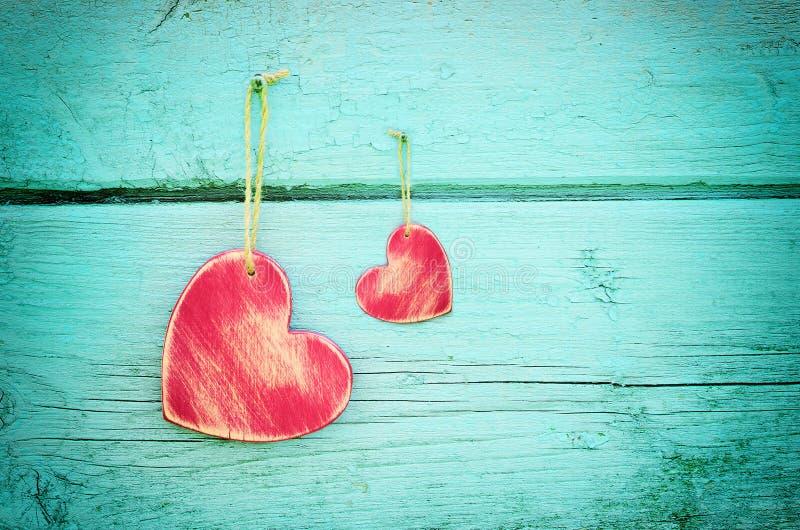 在蓝色木背景的两心脏 库存图片