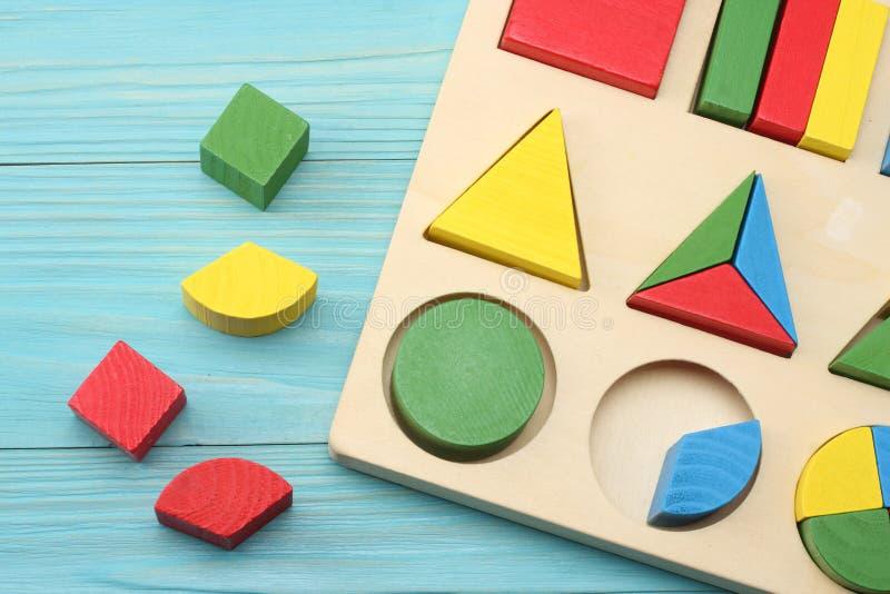 在蓝色木背景的五颜六色的木立方体 顶视图 玩具在桌里 免版税库存图片