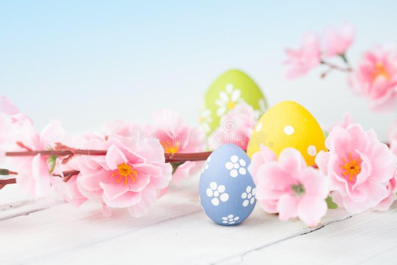 在蓝色木背景的复活节彩蛋 免版税图库摄影