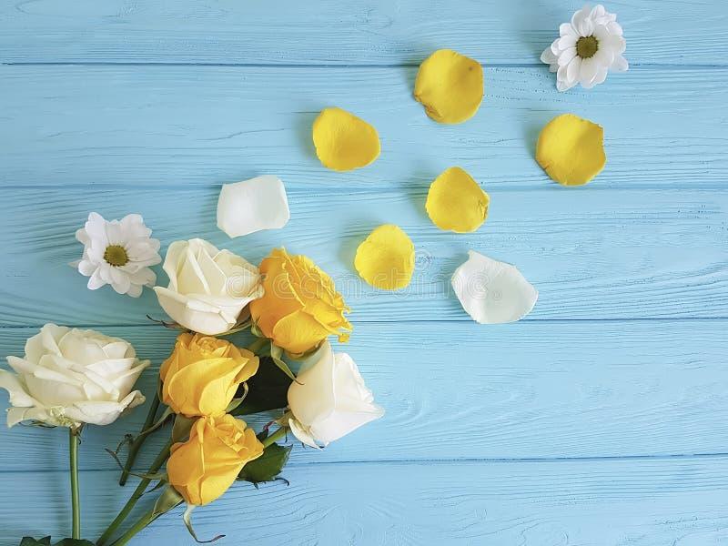 在蓝色木背景的黄色玫瑰,庆祝框架 免版税库存照片