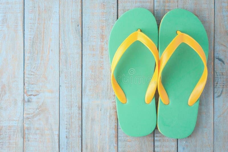 在蓝色木头的啪嗒啪嗒的响声 暑假背景概念 免版税库存照片