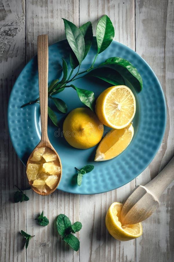 在蓝色板材特写镜头的柠檬片 免版税库存照片