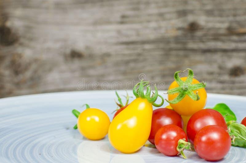 在蓝色板材的西红柿 库存图片