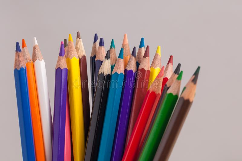 在蓝色框的色的铅笔在灰色背景 免版税库存照片