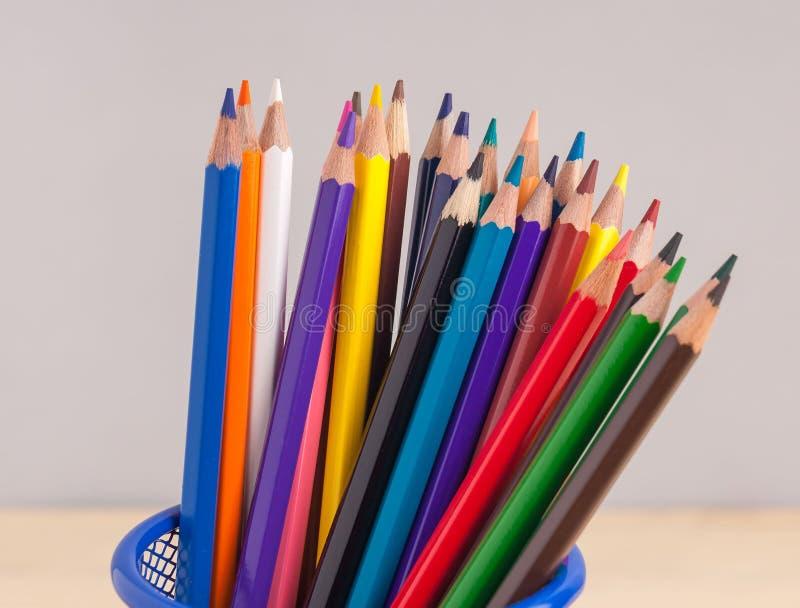 在蓝色框的色的铅笔在灰色背景 图库摄影