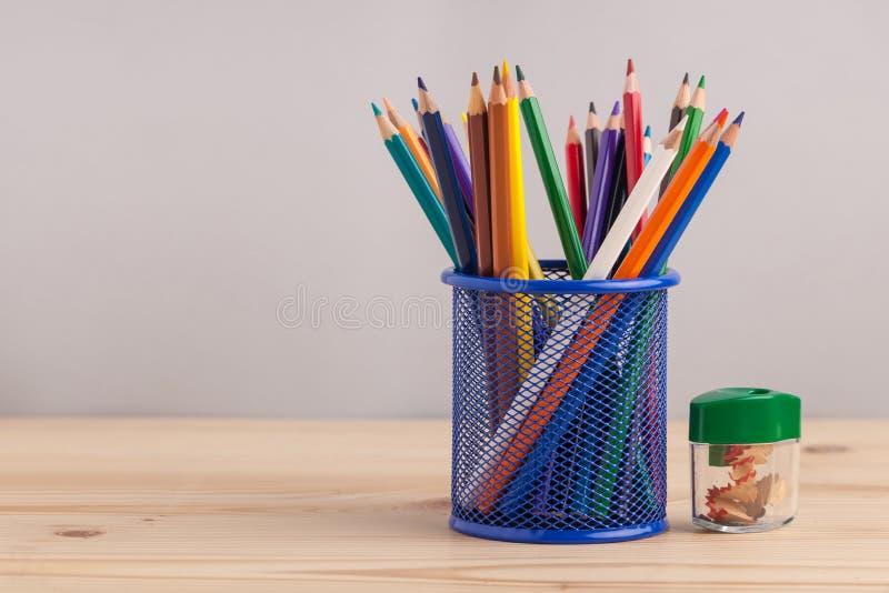 在蓝色框的色的铅笔在灰色背景 库存图片