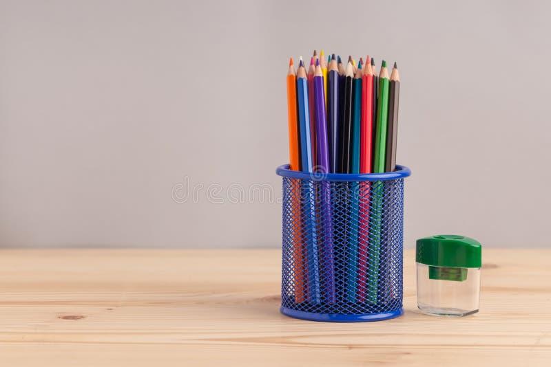 在蓝色框的色的铅笔在灰色背景 免版税库存图片