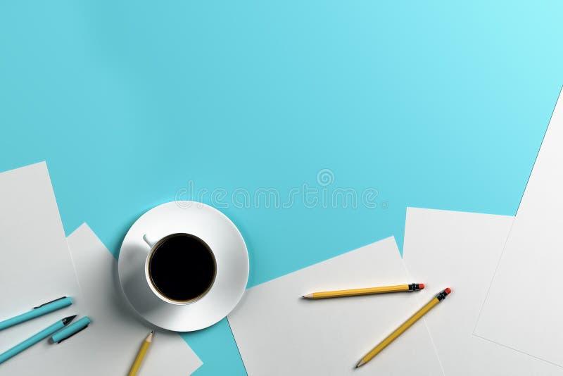 在蓝色桌上的Coffe杯子 向量例证
