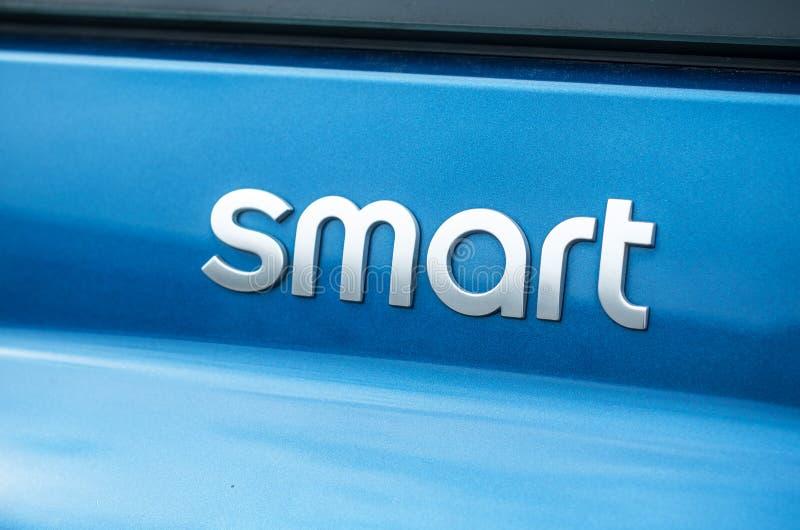 在蓝色汽车后方的聪明的商标标志-聪明是微型概念汽车品牌电汽车 免版税库存照片