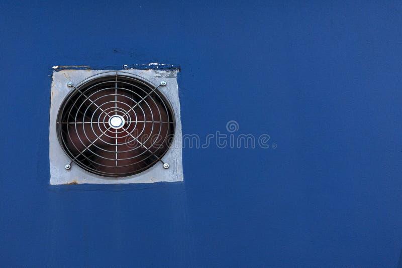 在蓝色油漆水泥墙壁修造的通风设备 免版税库存照片