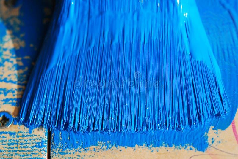 在蓝色油漆的刷子 库存照片