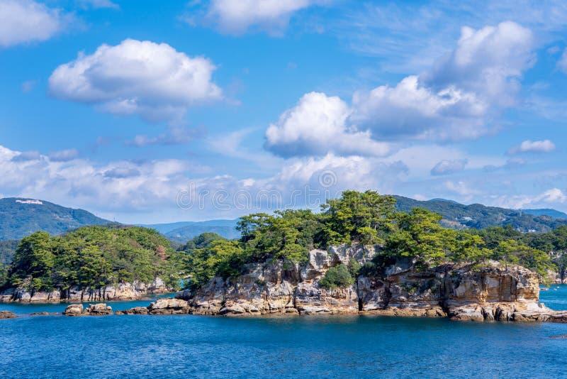 在蓝色海洋的许多小海岛在好日子,著名Kujukushima99海岛成珠状海手段小岛在佐世保西海市 库存照片