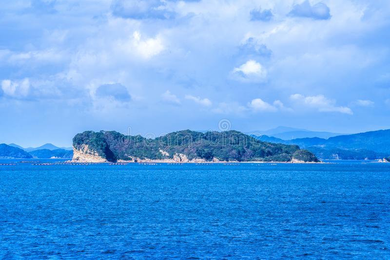在蓝色海洋的许多小海岛在好日子,著名Kujukushima99海岛成珠状海手段小岛在佐世保西海市 库存图片