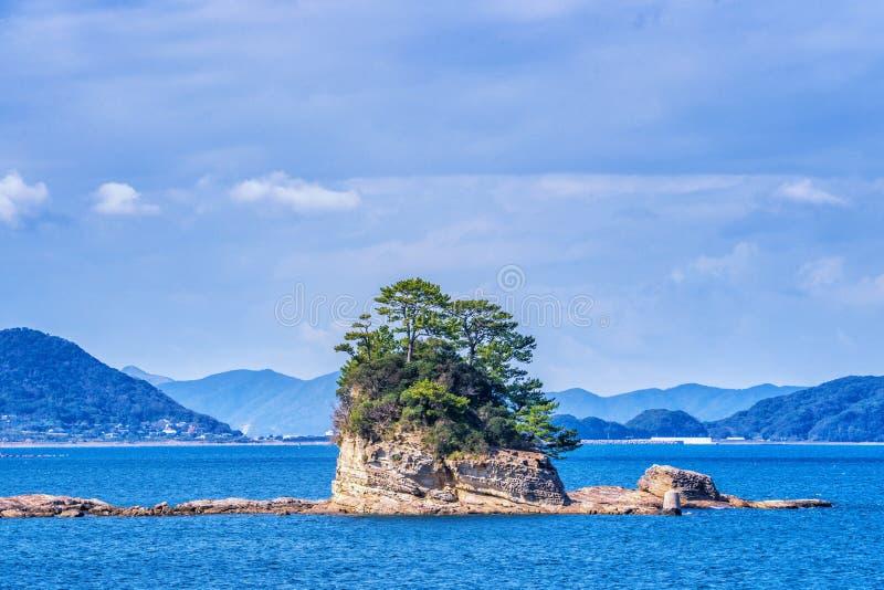 在蓝色海洋的许多小海岛在好日子,著名Kujukushima99海岛成珠状海手段小岛在佐世保西海市 免版税库存照片