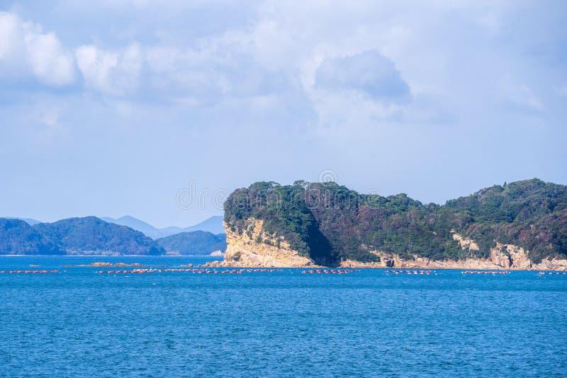 在蓝色海洋的许多小海岛在好日子,著名Kujukushima99海岛成珠状海手段小岛在佐世保西海市 免版税库存图片