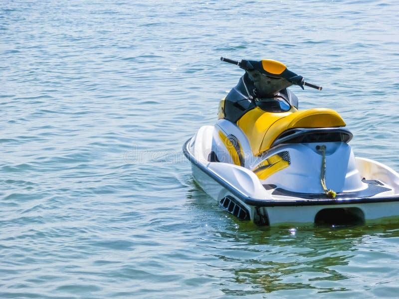 在蓝色海浇灌摩托车在清楚的晴天 库存照片