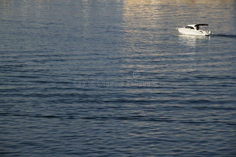 在蓝色海的汽船 免版税库存图片