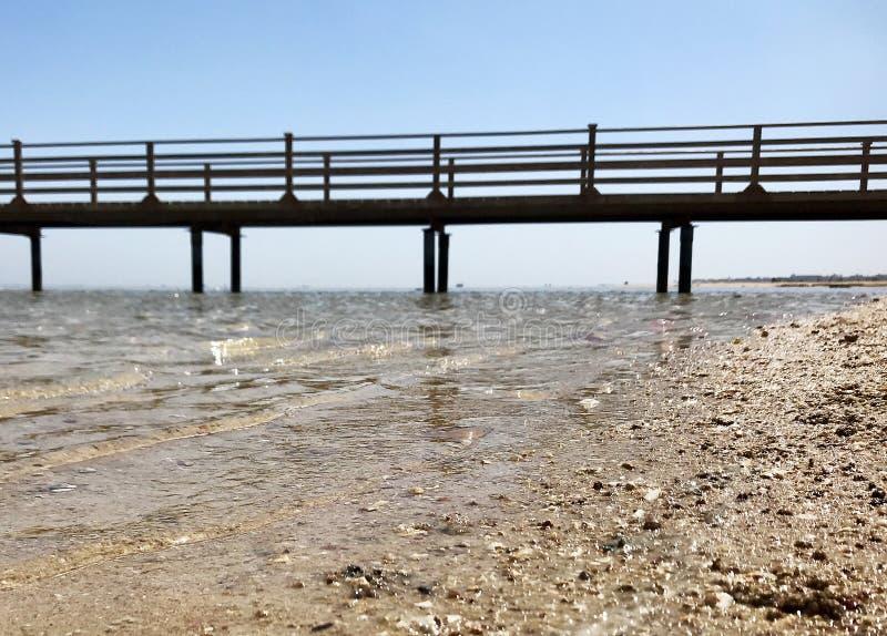 在蓝色海的美好的海景与黄沙的露天的 免版税库存图片