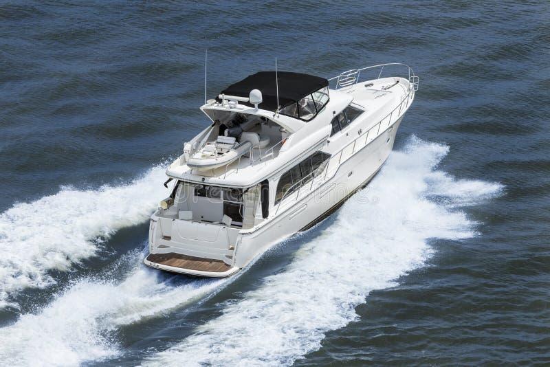 在蓝色海的豪华力量小船游艇 图库摄影