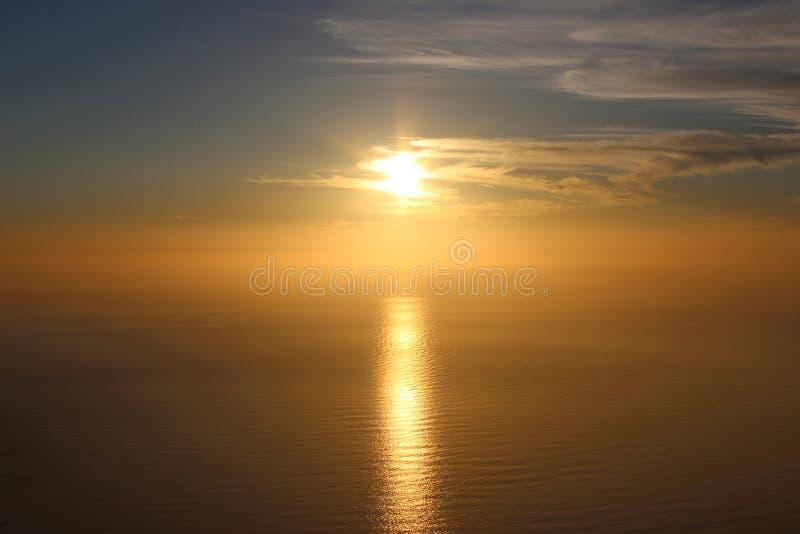 在蓝色海的金黄日落 免版税图库摄影