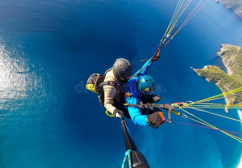 在蓝色海的滑翔伞 库存照片
