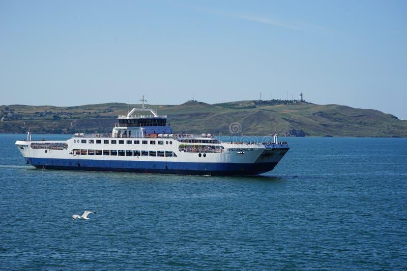 在蓝色海背景的海交换的轮渡 库存照片