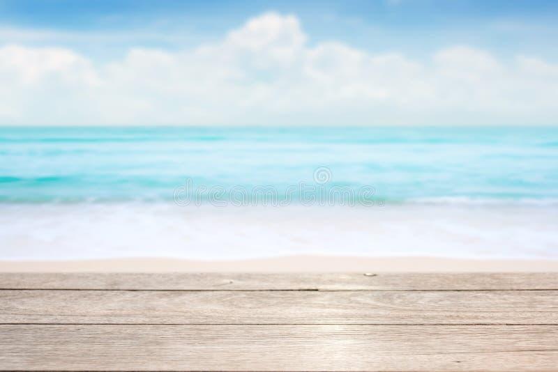 在蓝色海&天空背景的木台式 库存图片