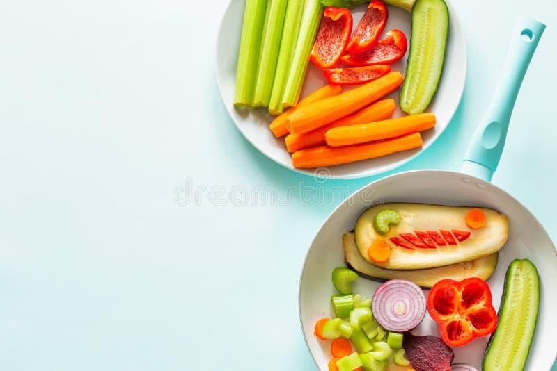 在蓝色淡色背景/空间的新鲜的健康菜文本的 免版税库存照片