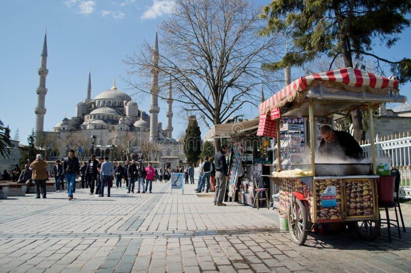 在蓝色清真寺前的Simit的供营商 免版税库存照片