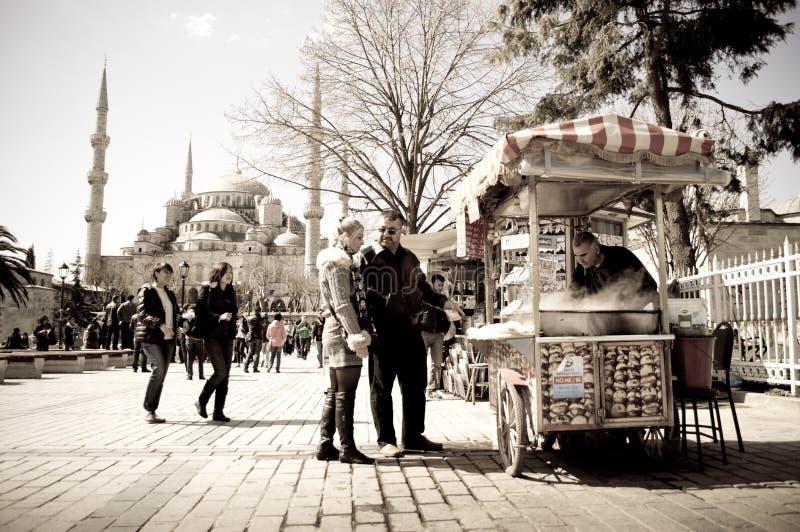 在蓝色清真寺前的Simit的供营商 库存图片