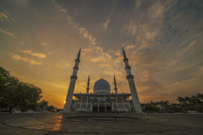 在蓝色清真寺,莎阿南,马来西亚的日落 免版税库存图片