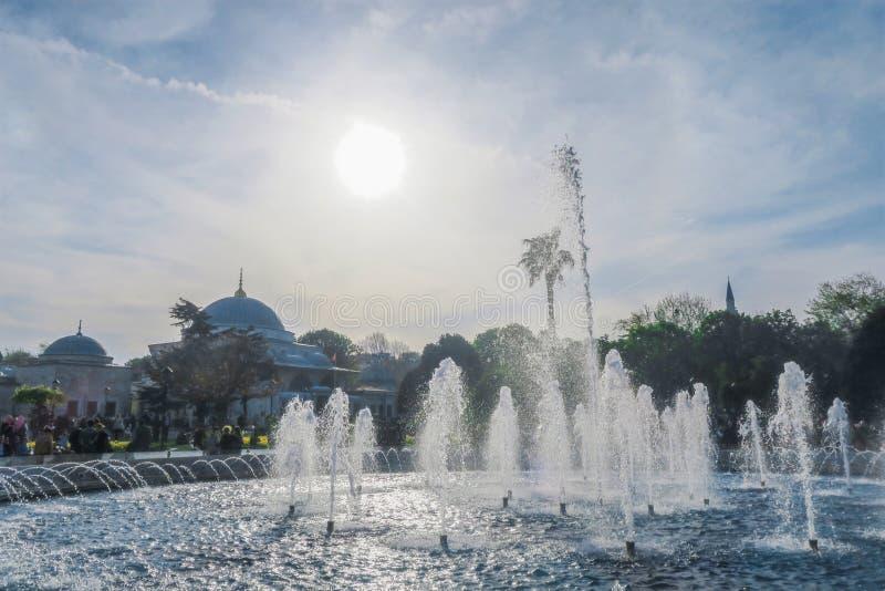 在蓝色清真寺, Sultanahmet Camii的喷泉在伊斯坦布尔,土耳其 免版税库存图片