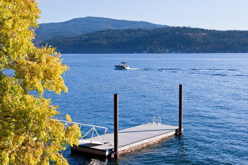 在蓝色湖的秋天划船 免版税库存图片