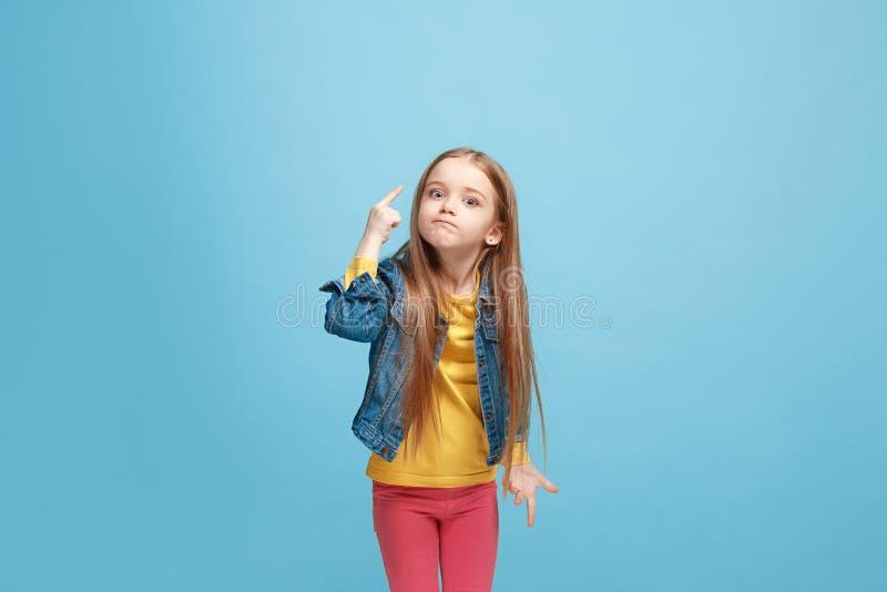 在蓝色演播室backgroud的美丽的女性半身画象 年轻情感青少年的女孩 免版税库存图片