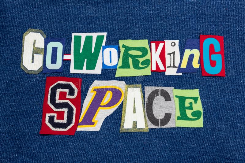 在蓝色牛仔布,工作社区的CO-WORKING空间文本词拼贴画五颜六色的织品 库存照片