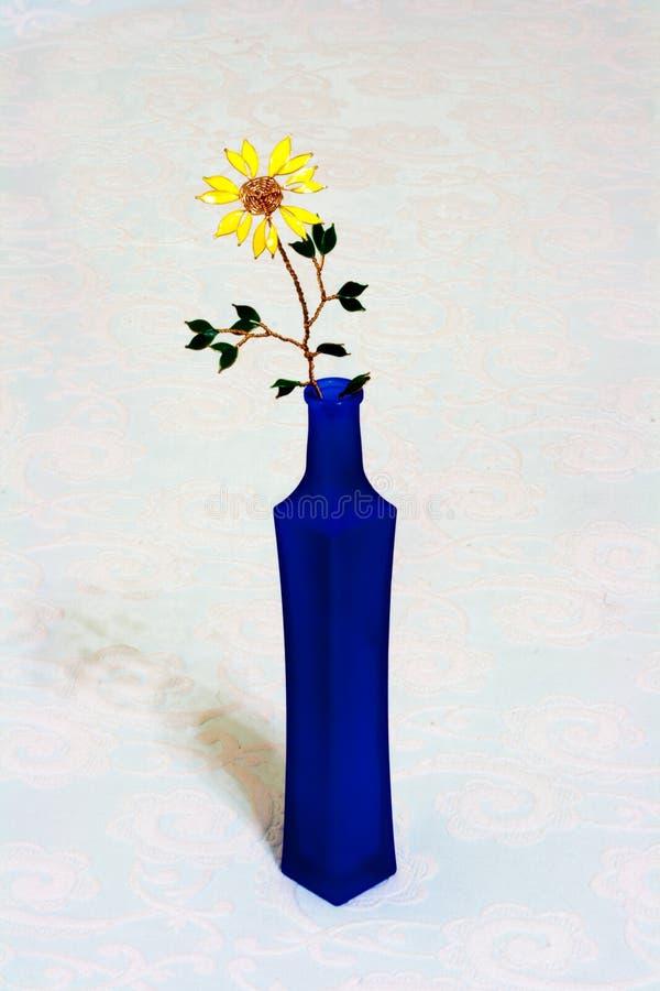 在蓝色瓶的花 免版税库存照片